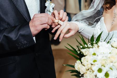 anagrafica: Cerimonia matrimoniale. Ufficio anagrafe. Una coppia appena sposata firma il documento di matrimonio. Coppia firma giovani documenti di nozze.