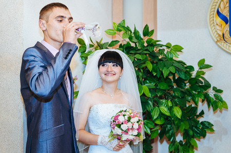 anagrafica: Una coppia appena sposata presso l'ufficio del Registro di sistema