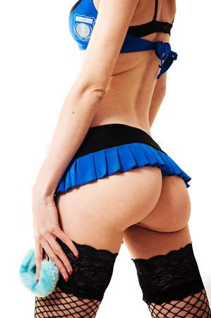 femme noire nue: sexy belle brune demi femme de police nue avec de longs cheveux boucl�s avec des menottes avec maquillage lumineux et des l�vres rouges isol� sur blanc Banque d'images