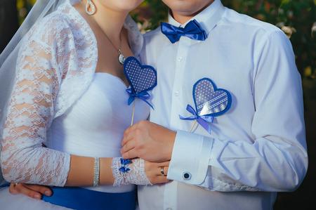 corazones azules: La novia y el novio la celebración de corazones azules. Lugar para el texto.