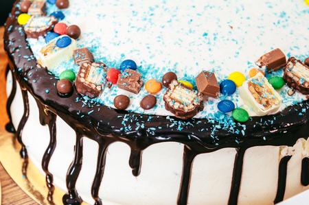 gelatina: pastel decorado con fresas, frambuesas y moras.
