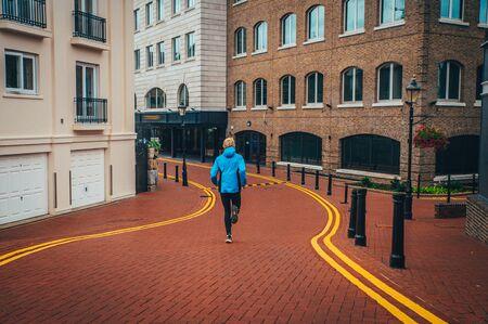 运动员在伦敦的街道上跑步