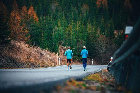 Athleten, die auf der Straße bergab laufen