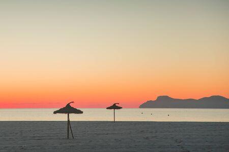 Warm sunset sky on beautiful summer morning beach. Foto de archivo - 140648900