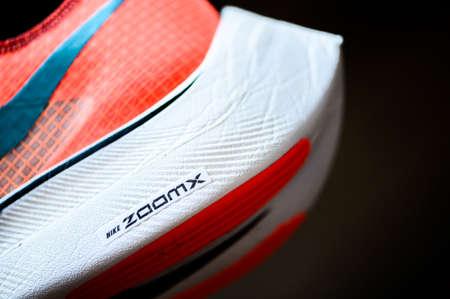 3月7日,泰国曼谷。2020:耐克跑鞋Vaporfly NEXT%。备受争议的田径马拉松鞋,Ekiden颜色版本,Zoom泡沫和耐克Flyknit鞋面详细视图,
