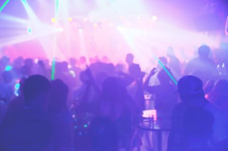 Sfocatura Light in club party Show And Silhouette di pubblico folla persone che si godono la festa del club con un concerto. Night club blurry I DJ party godono del suono della musica da ballo Archivio Fotografico - 81877490