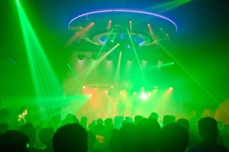 Fiesta del club es borrosa para background.Light en la fiesta del club Show And Silhouette manos disfrutando de la fiesta del club con el concierto. Blurry night club DJ fiesta personas disfrutan de música bailando sonido. Foto de archivo - 82554239