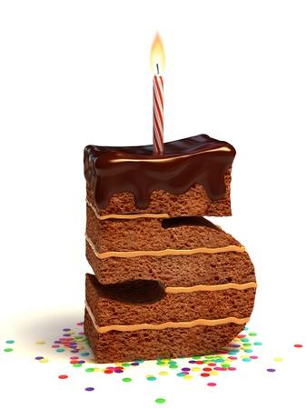 torta compleanno: numero cinque di compleanno a forma di torta al cioccolato con candela accesa e coriandoli Archivio Fotografico