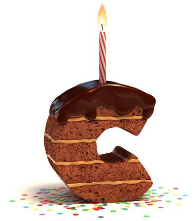 """torta candeline: lettera """"C"""" a forma di torta al cioccolato con candela accesa e coriandoli isolato su sfondo bianco Archivio Fotografico"""