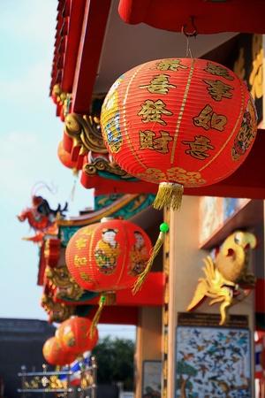 far east: Lámpara de porcelana templo con Buda en Tailandia.