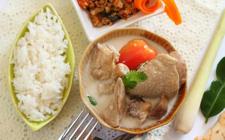 sopa de pollo: El arroz y el pollo en leche de coco y la comida tailandesa galanga.