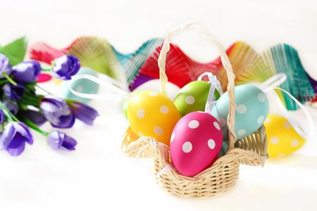 color in: D�a de Pascua eaggs muchos color en la cesta.