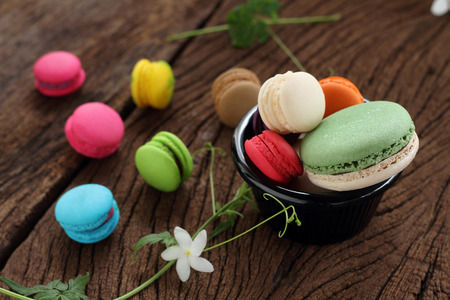 multi colour: Macaron Smalls tama�o de varios colores y grandotes en blackgroun marr�n.