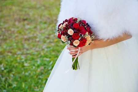 bunch of hearts: Beautiful wedding flowers in bride hands. autumn theme