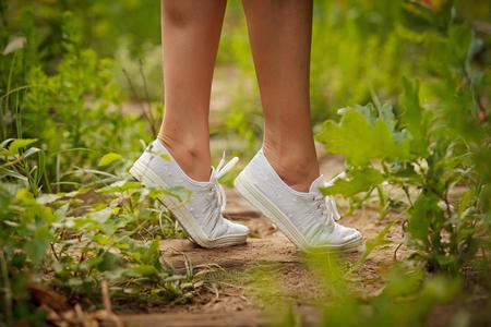 teen golf: Adolescente lindo en zapatillas de deporte blancas