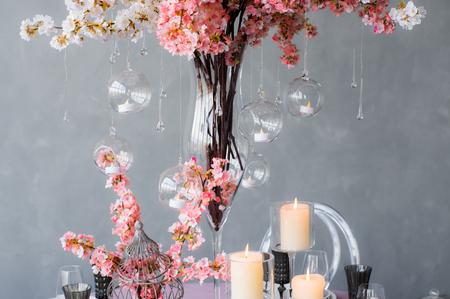 Décoration de mariage pour le banquet avec sakura roses, des bougies, des gouttes de verre