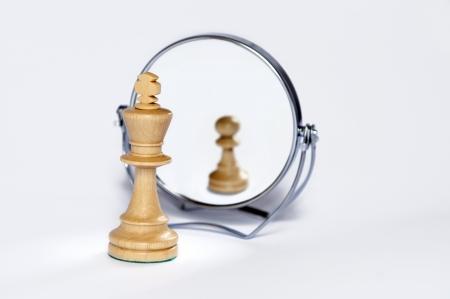 tablero de ajedrez:  Rey del ajedrez, peón de ajedrez, contraste, reflejo de espejo, Foto de archivo