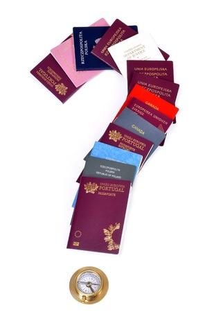 pasaportes: documentos y una br�jula dispuestos en un signo de interrogaci�n, aislado, la elecci�n,