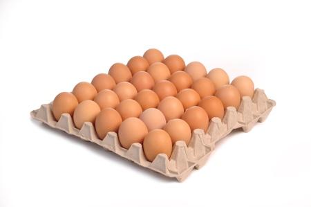 over packed: trenta uova isolate su uno sfondo bianco