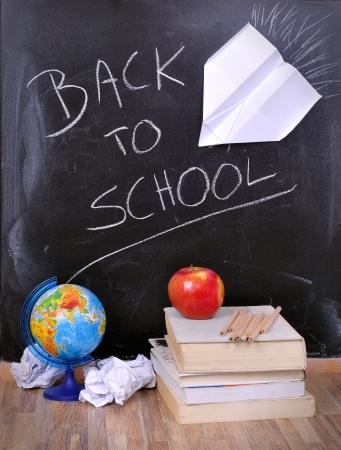 escuela primaria: volver a la escuela en un Boart tiza, la naturaleza muerta, Foto de archivo