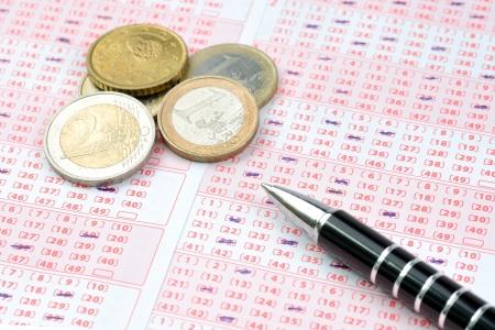 loteria: de boletos de lotería y monedas en euros y la pluma