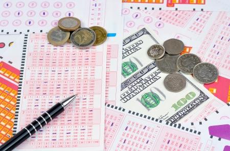 loteria: billetes de lotería y los diferentes tipos de moneda