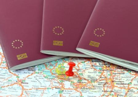 tarjeta visa: Schengen en el mapa marcado con un rojo un alfiler y pasaportes de la UE