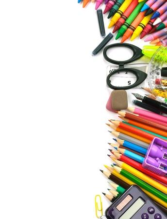 fournitures scolaires: Fournitures scolaires et de bureau de trame, sur fond blanc, de retour � l'�cole