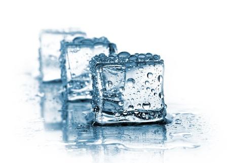 cubos de hielo: tres cubos de hielo en blanco