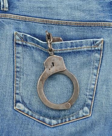 undercover: Tasca posteriore di sotto copertura ufficiale di polizia con le manette Archivio Fotografico