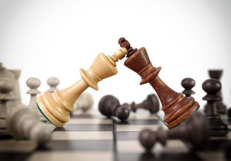 Koningen schaken duel op het schaakbord Stockfoto - 29463866