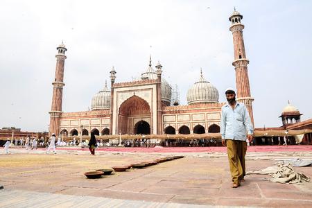 viernes santo: Delhi, India, september 3, 2010: Muslim men walking on in front of mosque Masjid in Delhi, India. Editorial