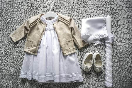 Babykleidung für die Taufe. Standard-Bild