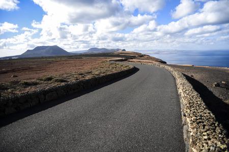 Asphaltstraße unter auf den Lanzarote-Kanarischen Inseln