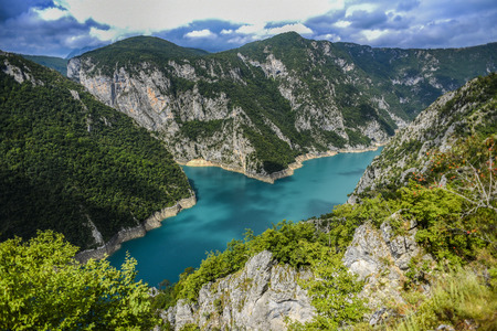Piva river canyon in Montenegro, mountain landscape. 免版税图像
