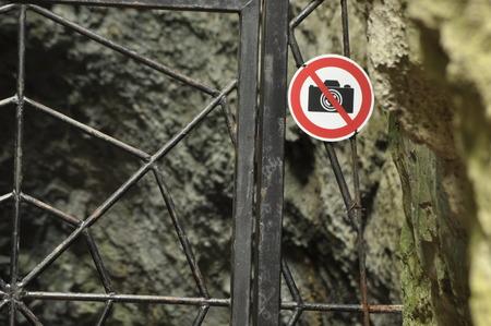 vaderlijk: Het verbod op het fotograferen van het object. Een bord bij de ingang gate metaal. De grotten in het nationale park. Vaderlijke National Park.
