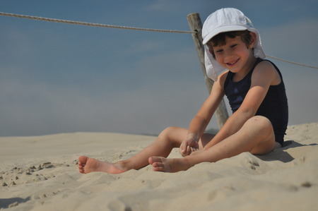 The boy on the dunes. Sand in the Slowinski National Park, Tourism Banque d'images