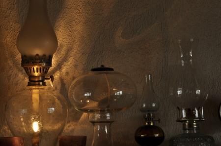 edad media: Las l�mparas de aceite. Ornamento en la repisa de la chimenea. Fuente de luz. La Edad Media. Foto de archivo
