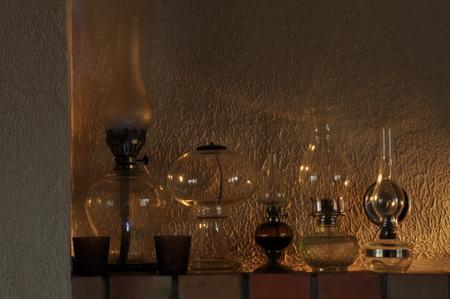 edad media: Las lámparas de aceite. Ornamento en la repisa de la chimenea. Fuente de luz. La Edad Media. Foto de archivo