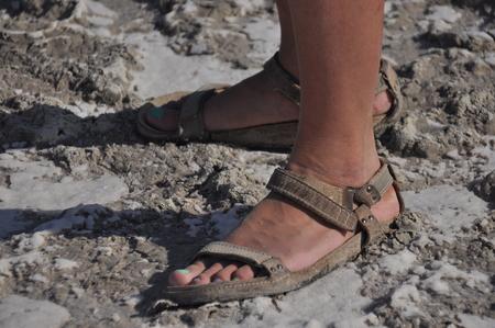 彼らは、乾燥の下にサンダルで歩いているし、湖アクロティリ キプロスでひびが入った。