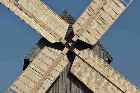 목조 풍차입니다. 기념물. 골동품 밀은 바람에 의해 구동 스톡 콘텐츠