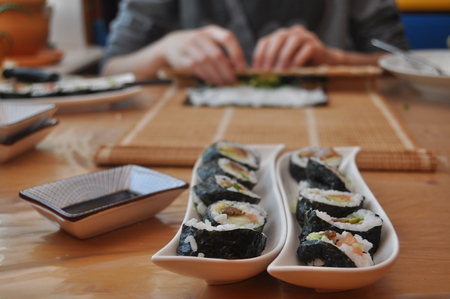 derrumbe: Sushi. Delicious meal with fish, rice and supplements, prepared at home.