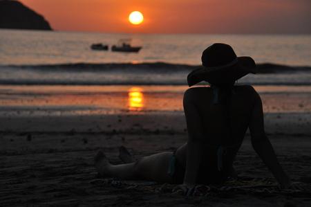 Meninas, em, swimsuits, sentando praia, em, costa rica, e, admirar, a, pôr do sol Foto de archivo - 89399694