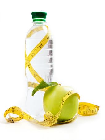 リンゴの芯、白い背景の上の健康的な生活のためのボトル入りの水