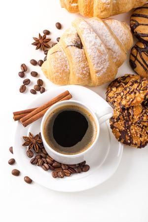 テーブルにクロワッサンとコーヒーを朝食します。 写真素材