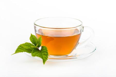 ミントの葉、白い背景で隔離のガラス カップ茶