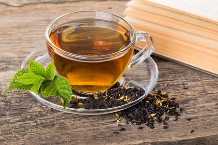 Glas-Schal Tee mit und Minze, auf braune Holzpalette