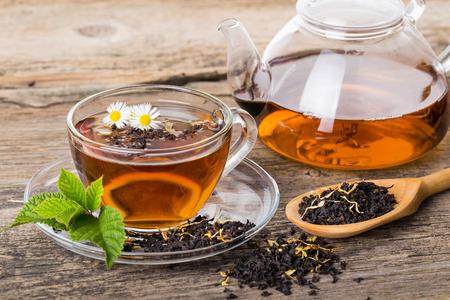 taza de te: Composici�n del t� con hojas de menta en la paleta de madera Foto de archivo