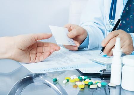 彼の職場で医師が患者と書き込みにレシピを与える
