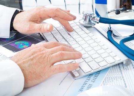 キーボードの書く男性医師